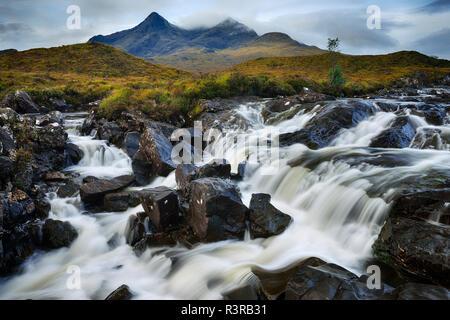 Royaume-uni, l'Écosse, les Highlands écossais, l'île de Skye, Cascade de Sligachan rivière avec vue sur le montagnes Cuillin