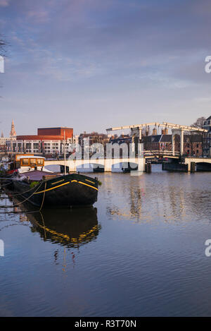 Pays-bas, Amsterdam. Magere Brug, le Skinny Bridge Banque D'Images