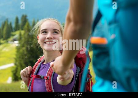 L'Allemagne, en Bavière, près de Brauneck Lenggries, happy young woman holding paysage alpin randonnée en main de petit ami