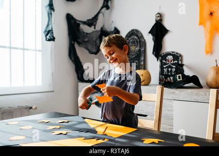 Smiling little boy découpe pour décoration d'Halloween à la maison