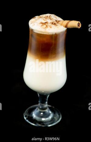 Café boissons cocktail avec de la liqueur de café, crème fraîche et lait avec fond noir isolé Banque D'Images