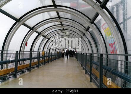 Renzo Piano a conçu le Centre national d'art et de Culture Georges-Pompidou à Paris, avec l'extérieur les allées à des visiteurs de l'abri du vent et de la pluie. Banque D'Images