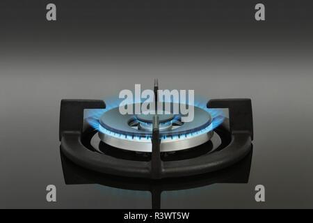 Cuisinière vitrocéramique brûleur gaz unique avec flammes bleues Banque D'Images