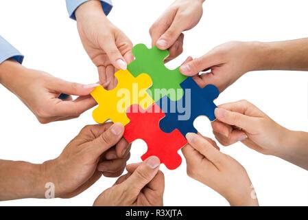 Les gens de la connexion Mains Pièces Jigsaw Banque D'Images