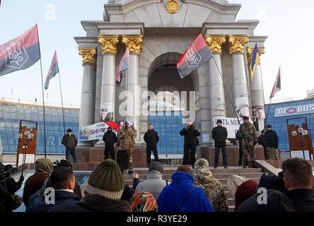Les militants de l'Ukraine de l'Organisation des nationalistes ukrainiens (OUN) assister à leur un rallye sur les place de l'Indépendance à Kiev. Le rassemblement des militants dédié à la 5ème Révolution Euromaidan en Ukraine et contre l'Église orthodoxe ukrainienne du patriarcat de Moscou en Ukraine. Banque D'Images