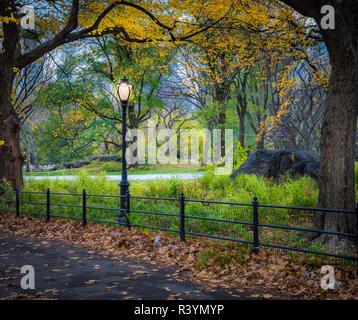 Bethesda Fountain et terrasse donnent sur le lac, à New York City's Central Park. La fontaine est situé dans le centre de la terrasse. Bethesda Terrac