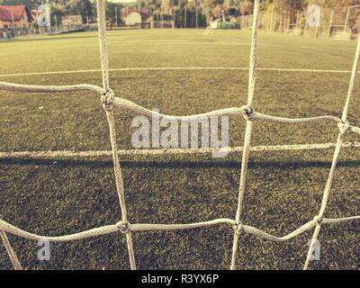 Soccer ou de football corner lignes via filet de sécurité. Vue de derrière la tribune du stade de net et pas de champ