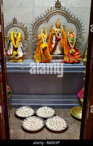 Des offrandes aux dieux dans Temple Sri Mahamariamman, Kuala Lumpur, Malaisie Banque D'Images