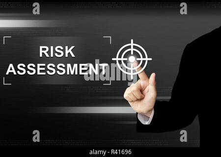 Par contre l'évaluation des risques d'affaires en poussant le bouton sur l'écran tactile Banque D'Images