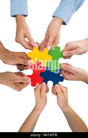 Les gens Hands Holding puzzle pieces Banque D'Images