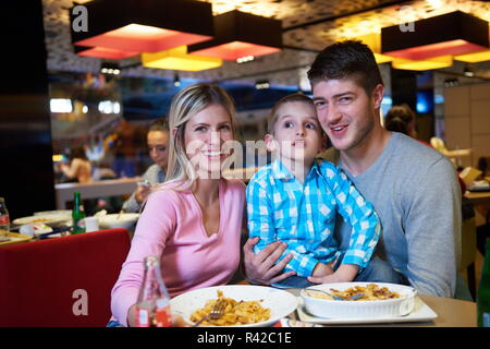 Family having lunch in shopping mall Banque D'Images