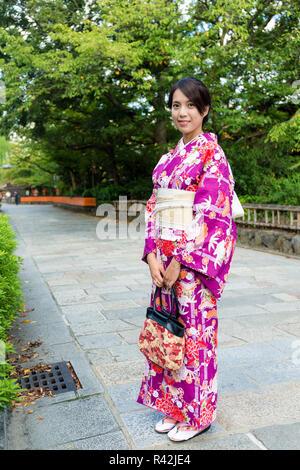 Jeune femme avec des vêtements traditionnels japonais à Kyoto Banque  D Images e464f1441c60