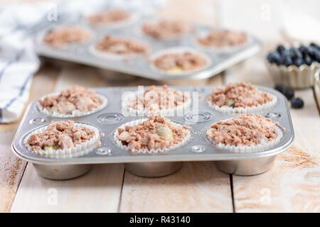 Muffin aux bleuets muffins pâte dans metal pan. Banque D'Images