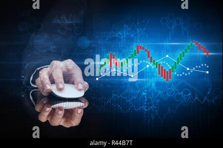 La main à l'aide de la souris sans fil avec concept statistique sur fond sombre Banque D'Images