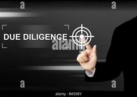 La main d'affaires due diligence en poussant sur le bouton de l'écran tactile Banque D'Images