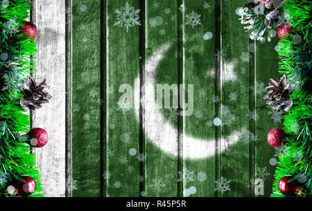 Arrière-plan de Noël en bois avec drapeau floue du Pakistan. Il y a une place pour votre texte sur la photo.
