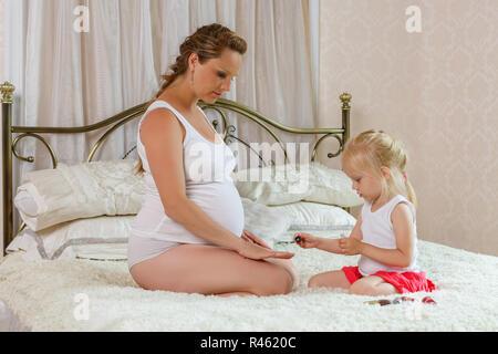 Femme enceinte et sa fille. Banque D'Images