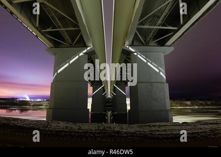 Vue d'épique sous le pont et nuit paysage d'hiver