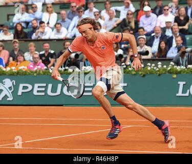 Le joueur de tennis allemand Alexander Zverev courir vers l'avant pendant le tournoi de tennis Open de France 2018, Paris, France Banque D'Images