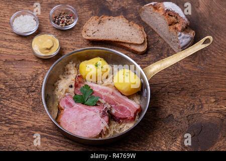 Libre d'un plat de choucroute français sur bois Banque D'Images