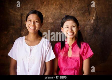 Deux jeunes filles Myanmar heureux Banque D'Images