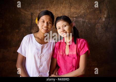 Deux jeunes femmes du Myanmar smiling Banque D'Images