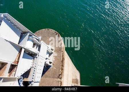 L'appui du pont sur le fleuve Columbia avec une solide base en béton et en métal structure en béton pour plus de solidité et résistance à l'usure: durin