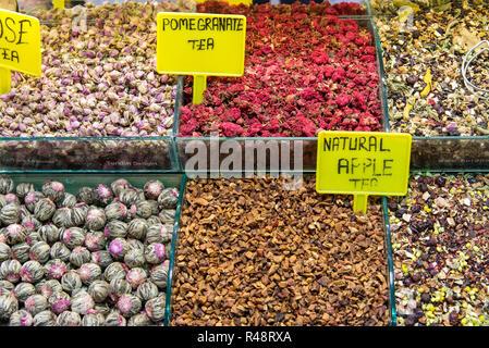 Différents types de thé sur un marché à Istanbul Banque D'Images