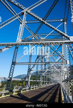 Le Pont de la botte de Dieu au-dessus de la rivière Columbia est situé dans un quartier pittoresque de Columbia Gorge, avec des collines et montagnes rocheuses couvertes de forêts - un