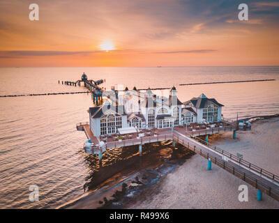 Vue aérienne de la célèbre Sellin Seebruecke (Jetée de Sellin) dans la belle lumière du matin au lever du soleil, Ostseebad Sellin tourist resort, mer Baltique, Allemagne Banque D'Images