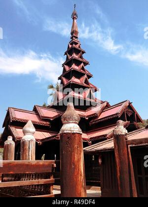 Bagaya Kyaung monastère, construit en 1838 A.D de bois de teck, ancienne ville Inwa (AVA) Mandalay, Myanmar Banque D'Images