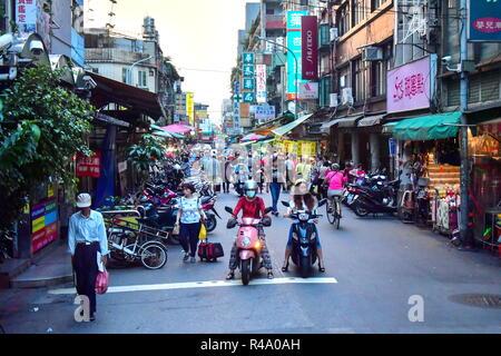 Taipei. 24 Nov, 2018. TAIPEI, TAIWAN, le 24 novembre 2018 -: la trottinette, à Taipei, la capitale de Taiwan (République de Chine). Yuri/Smityuk Crédit: TASS ITAR-TASS News Agency/Alamy Live News Banque D'Images