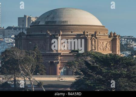 Le palace of fine arts Theatre à San Francisco vu depuis le détroit du Golden Gate à partir d'un bateau.