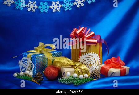 Cadeaux de Noël et décorations sur fond de soie bleue Banque D'Images