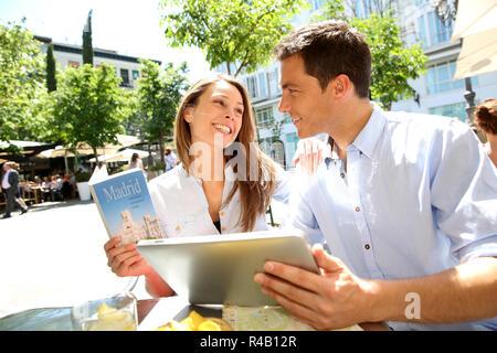 Couple connecté sur tablette numérique à Santa Ana Banque D'Images