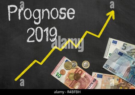 Texte sur tableau noir avec de l'argent avec les mots allemands Prognose Prévision 2019 - 2019