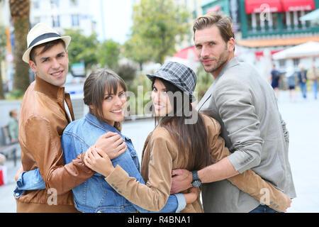 Groupe de jeunes traînant ensemble en ville Banque D'Images
