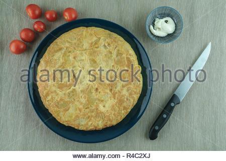 L'alimentation classique de l'Espagne. C'est 'Tortilla de Patatas tortilla española 'o''. Les ingrédients sont les oeufs, l'oignon et les pommes de terre, tout ce qu'ils sont frits dans l Banque D'Images