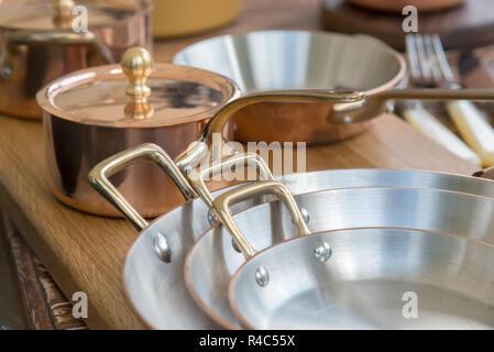 Nouvelle batterie de cuisine en cuivre - les ustensiles de cuisine Banque D'Images
