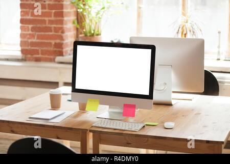 Employée de bureau avec ordinateur de travail vide maquette blanche Banque D'Images