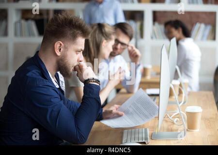 Employé en papier avec sérieux à la main à l'écran Banque D'Images
