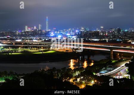 Taipei. 24 Nov, 2018. TAIPEI, TAIWAN, CHINE - 24 NOVEMBRE 2018: une vue sur la ville de Taipei, la capitale de Taiwan, Chine. Yuri/Smityuk Crédit: TASS ITAR-TASS News Agency/Alamy Live News Banque D'Images