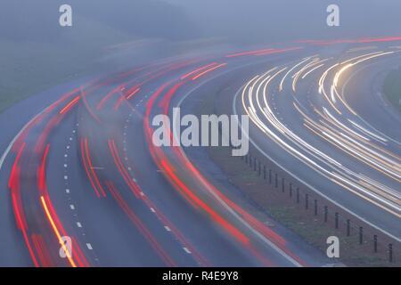Leeds, West Yorkshire, Royaume-Uni. 27 novembre 2018. Les automobilistes s'arc-boutent comme ils bataille à travers un épais brouillard à l'heure de pointe sur l'autoroute M1 dans la région de Leeds. Credit: Yorkshire Pics/Alamy Live News Crédit: Yorkshire Pics/Alamy Live News
