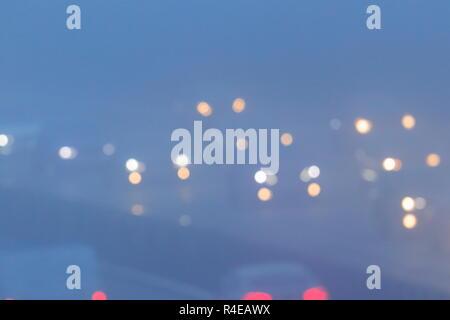 Leeds, West Yorkshire, Royaume-Uni. 27 novembre 2018. Les automobilistes bataille à travers un brouillard épais sur leurs déplacements durant les heures de pointe sur l'autoroute M1 près de Colton, Leeds. Credit: Yorkshire Pics/Alamy Live News