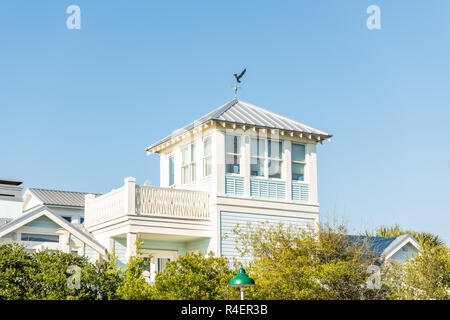 Seaside, États-Unis - 25 Avril 2018: l'architecture de la tour par beach ocean, personne en vue de la Floride au cours de journée ensoleillée