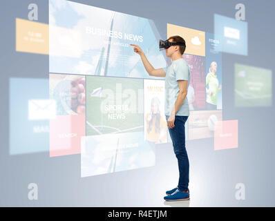 Heureux l'homme à casque de réalité virtuelle ou des lunettes 3D.