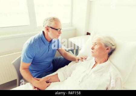 Senior couple réunion à Hospital ward Banque D'Images