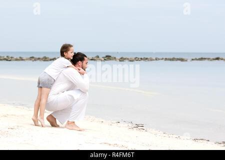 Père et fille marchant sur la plage tropicale déserte ensemble heureux aimer locations Banque D'Images