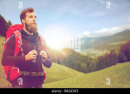 Homme avec sac à dos et des jumelles en plein air Banque D'Images