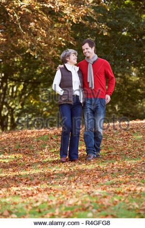 Mère et fils hors marche, avoir une conversation Banque D'Images